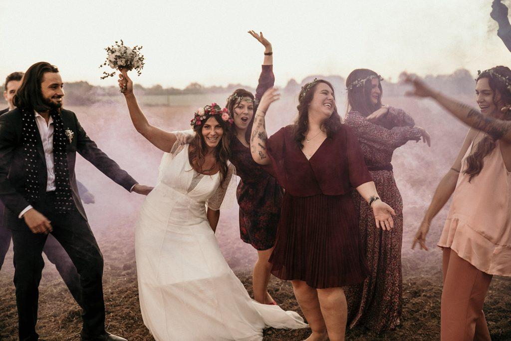 Mariage Ferme Armenon photo de groupe fun avec fumigènes