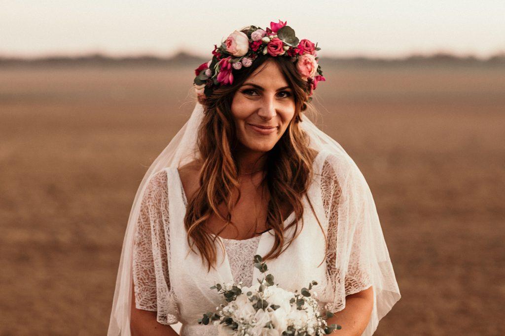Mariage Ferme Armenon mariée souriante pendant séance photo