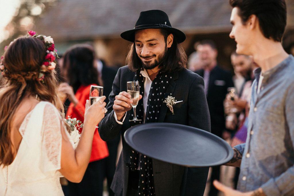 Mariage Ferme Armenon mariés trinquent au cocktail de leur mariage