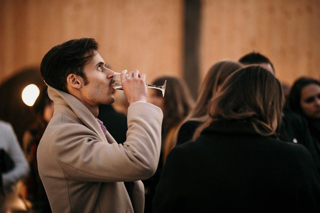 Mariage Ferme Armenon invité boit champagne mariage cocktail