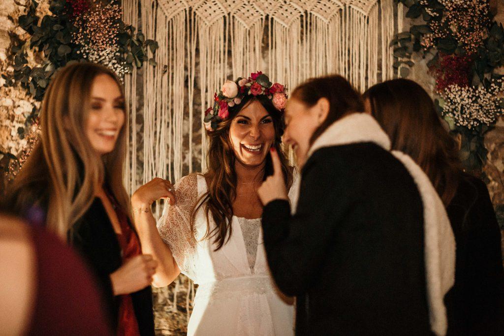 Mariage Ferme Armenon rire de la mariée avec amies