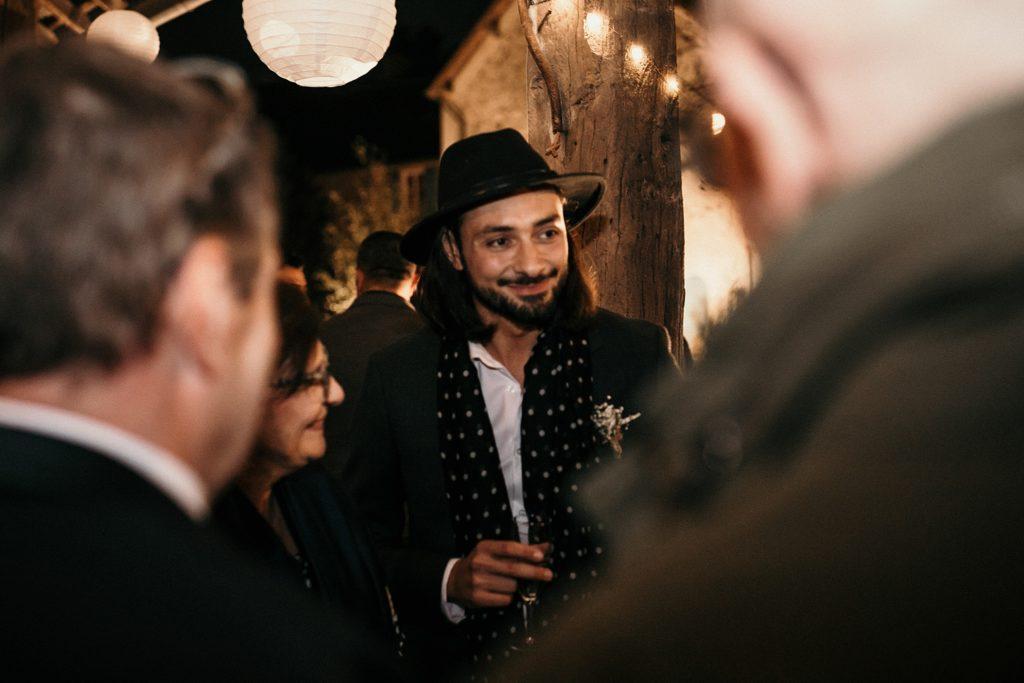 Mariage d'automne à la Ferme d'Armenon marié avec chapeau