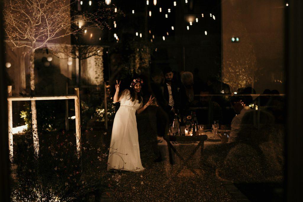 Mariage d'automne à la Ferme d'Armenon mariés dehors avec lumières