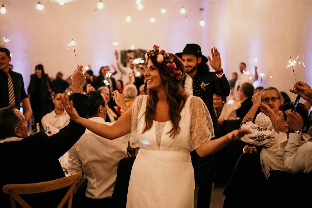 Mariage d'automne à la Ferme d'Armenon entrée des mariés feux de bengale