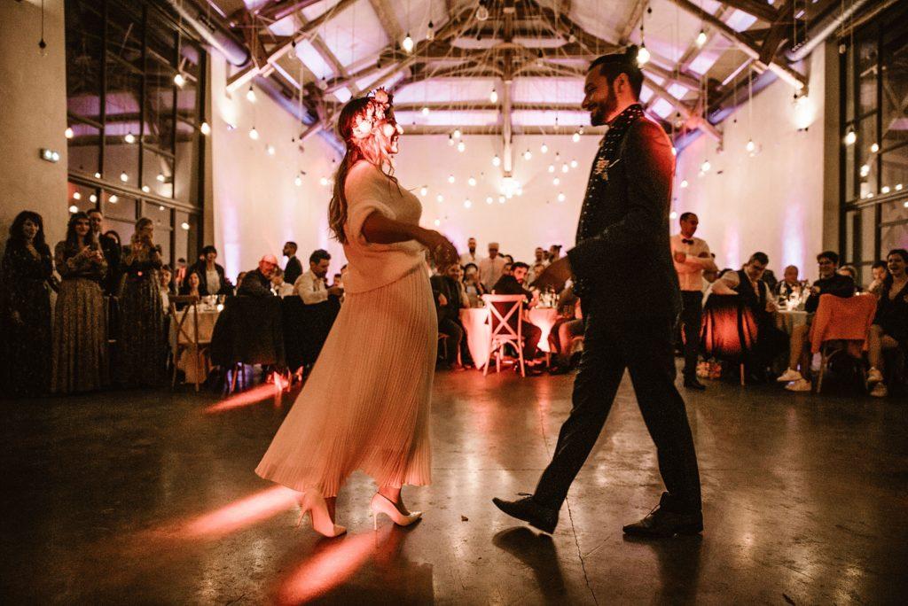 Mariage Ferme Armenon premiere danse dans la salle de réception