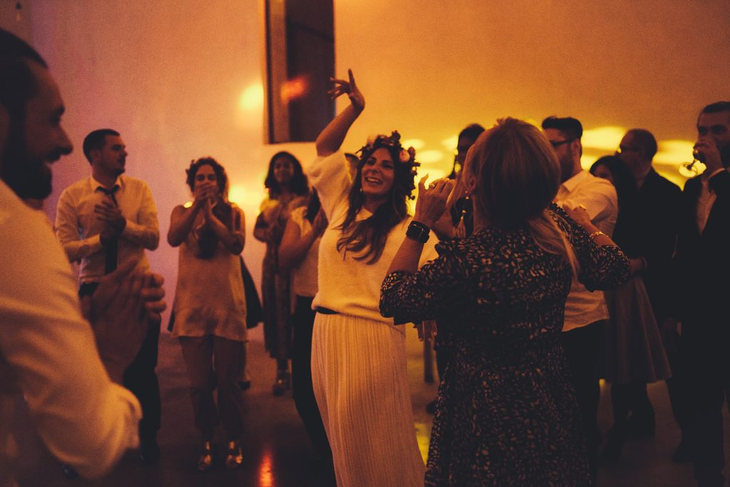 Mariage Ferme Armenon mariée danse dans salle ferme armenon