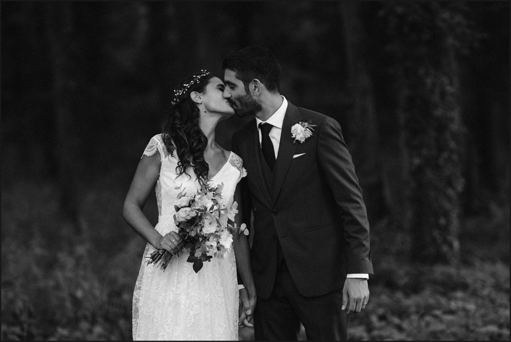 Mariage à Verderonne mariés s'embrassent en noir et blanc