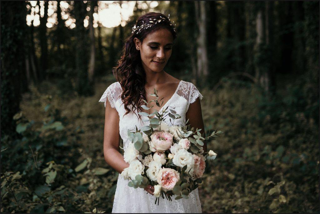 Mariage à Verderonne photo de la mariée avec son bouquet robe l'amusée paris