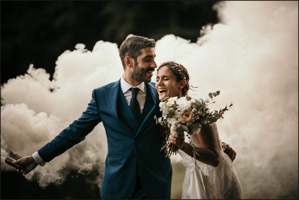 Mariage à Verderonne photo de couple avec fumigenes blanc sourire