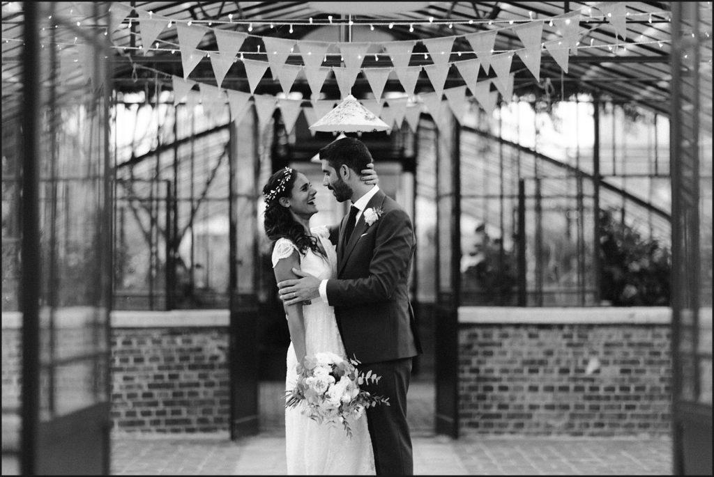 Mariage à Verderonne photo couple marié dans serre en noir et blanc