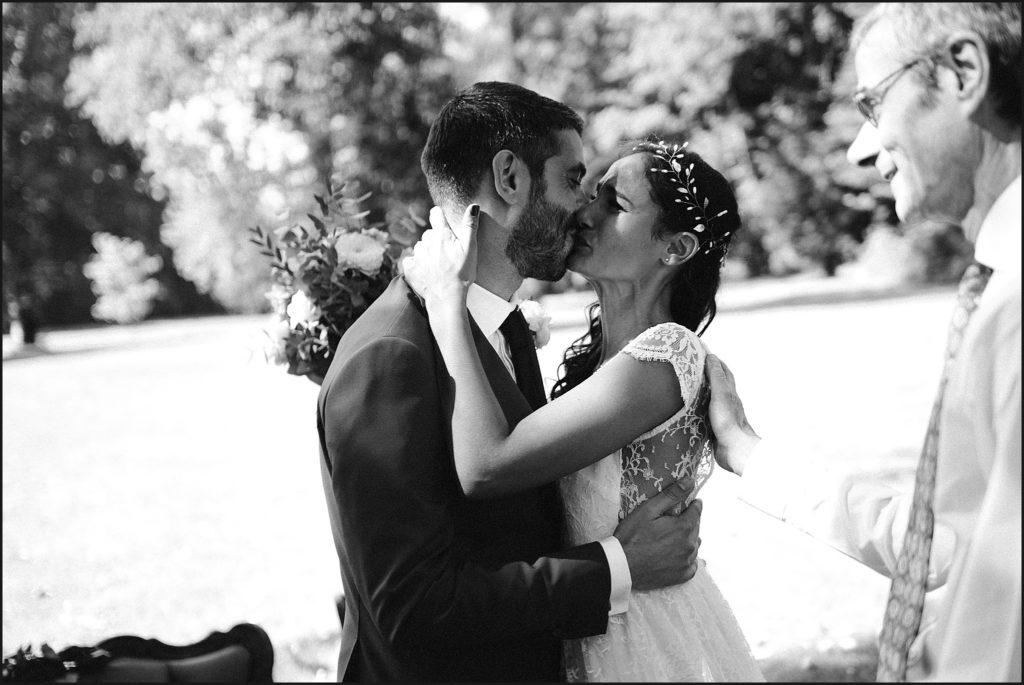 Mariage à Verderonne mariés s'embrassent pendant cérémonie laique