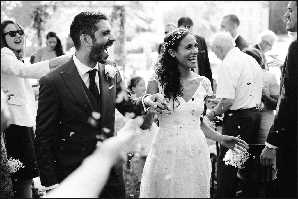 Mariage à Verderonne sortie de cérémonie en noir et blanc
