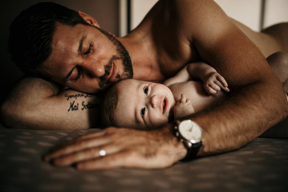 Tarif séance photo lifestyle photo de papa et son bébé en seine et marne