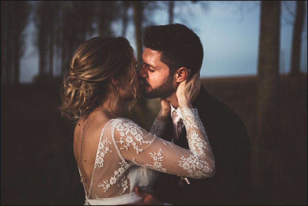 Mariage à la Ferme du Grand Hôtel du Bois bisou couple