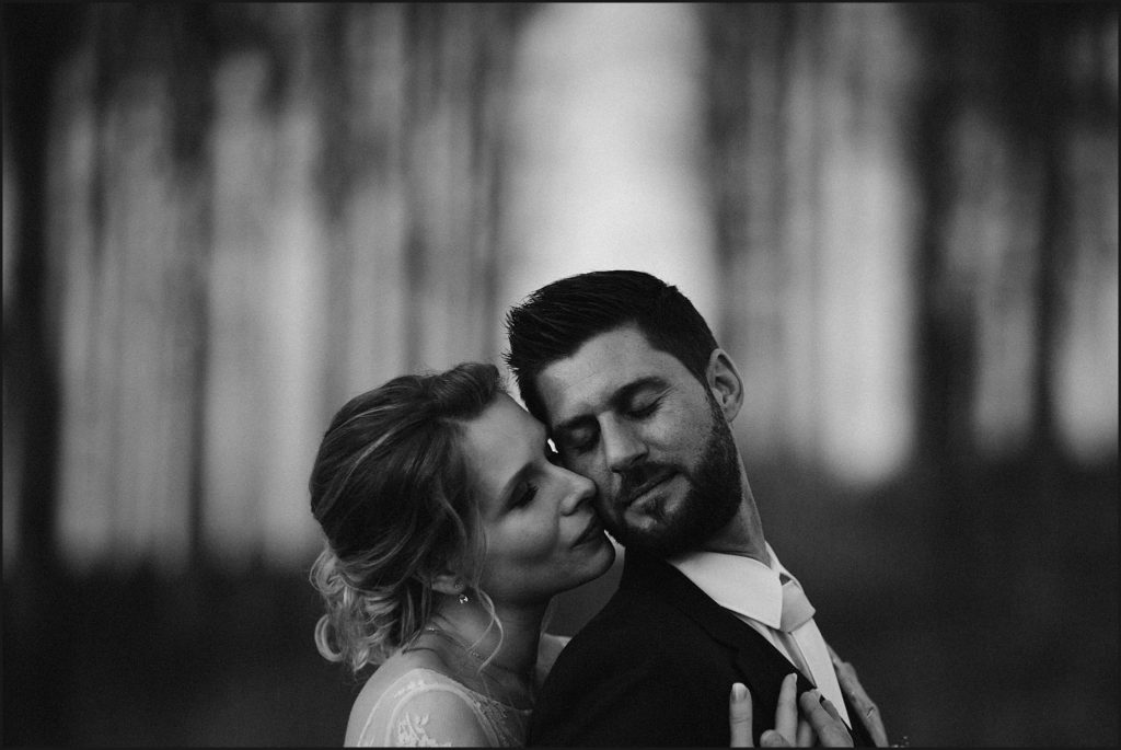 Mariage à la Ferme du Grand Hôtel du Bois photo de couple en noir et blanc