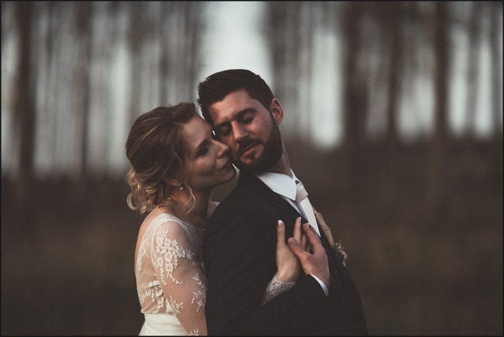 Mariage à la Ferme du Grand Hôtel du Bois pose amoureuse de jeunes mariés