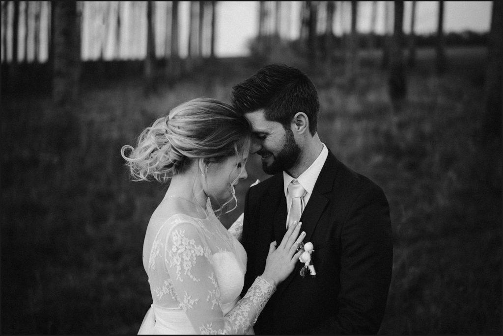 Mariage à la Ferme du Grand Hôtel du Bois photographe mariage en noir et blanc