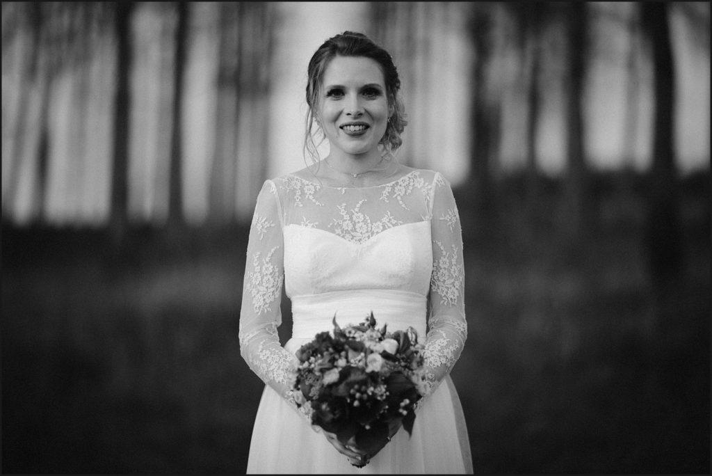 Mariage à la Ferme du Grand Hôtel du Bois mariée avec son bouquet en noir et blanc