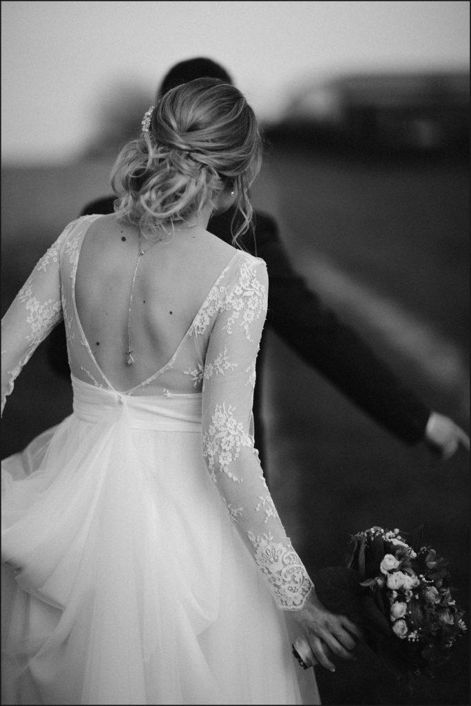 photographe mariage ferme du grand hotel du bois photo de couple en noir et blanc
