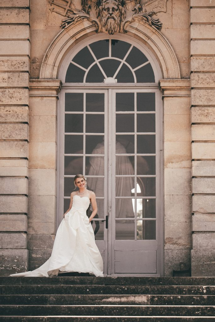 Mariage à Champlâtreux mariée devant porte chateau oise