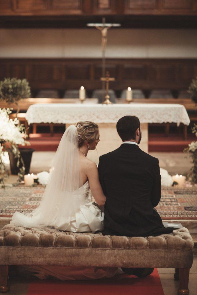 Mariage à Champlâtreux mariés assis dans eglise gouvieux