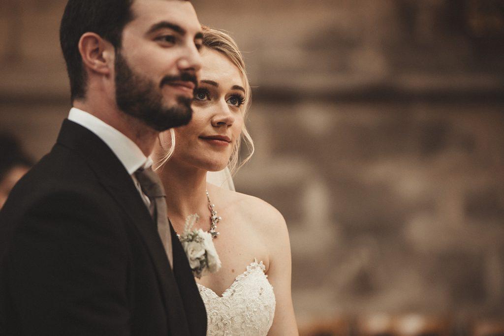 Mariage à Champlâtreux regard de la mariée dans eglise gouvieux