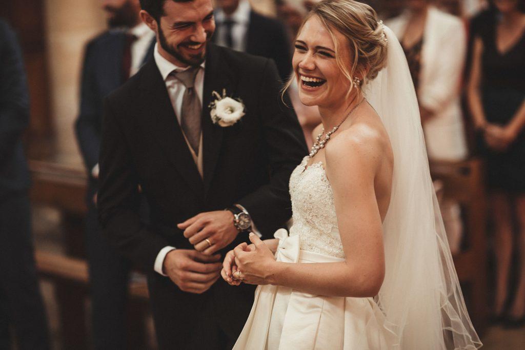 Mariage à Champlâtreux rires des mariés eglise gouvieux