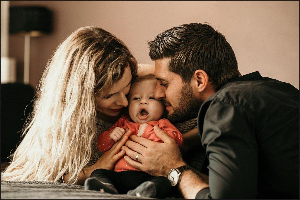 Séance photo bébé en famille maman et papa et bébé calin