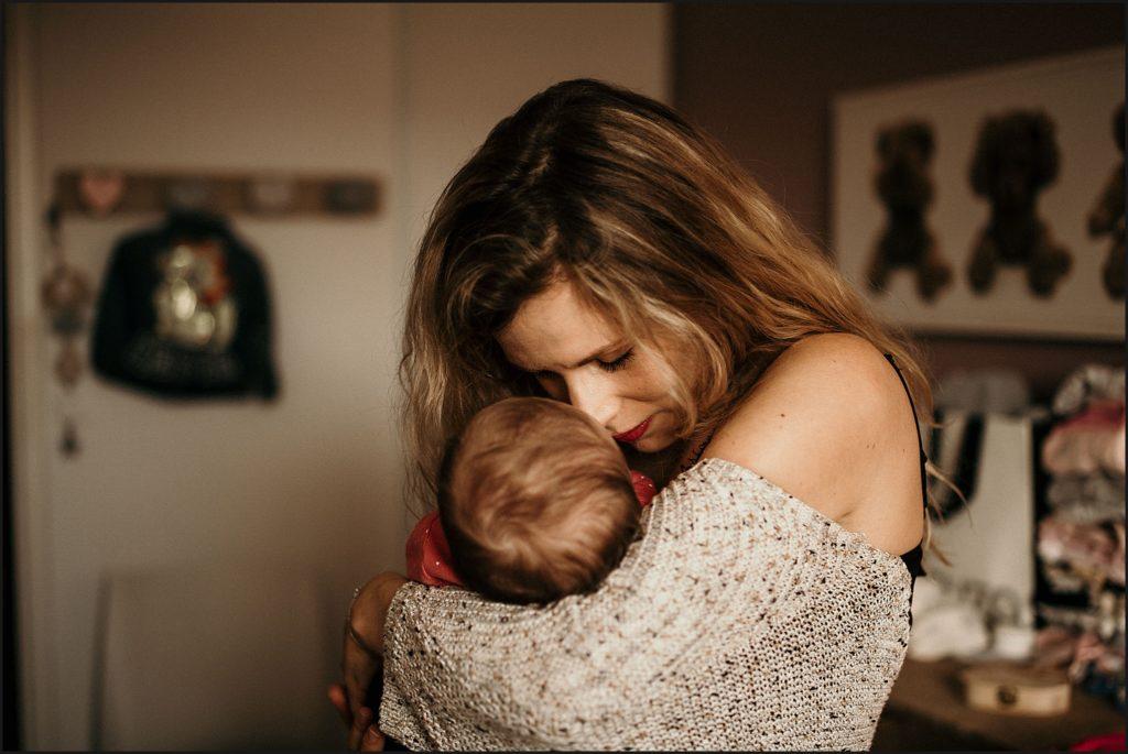Séance photo bébé en famille maman et bébé bisou