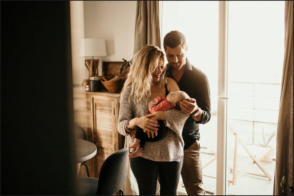 Séance photo bébé en famille papa et maman avec bébé