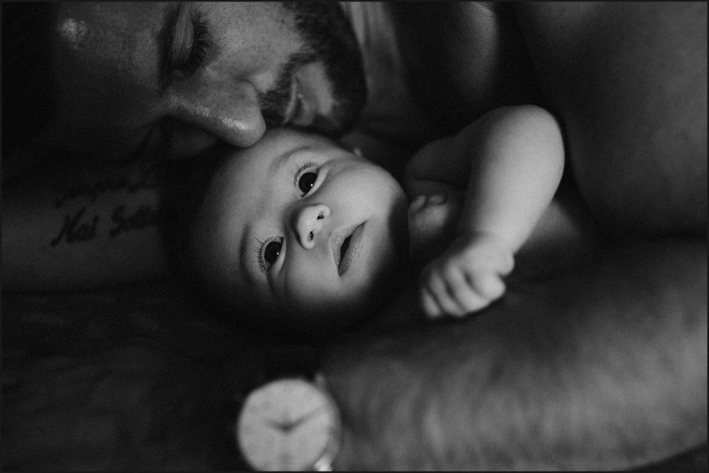 Séance photo bébé en famille papa et bébé en noir et blanc