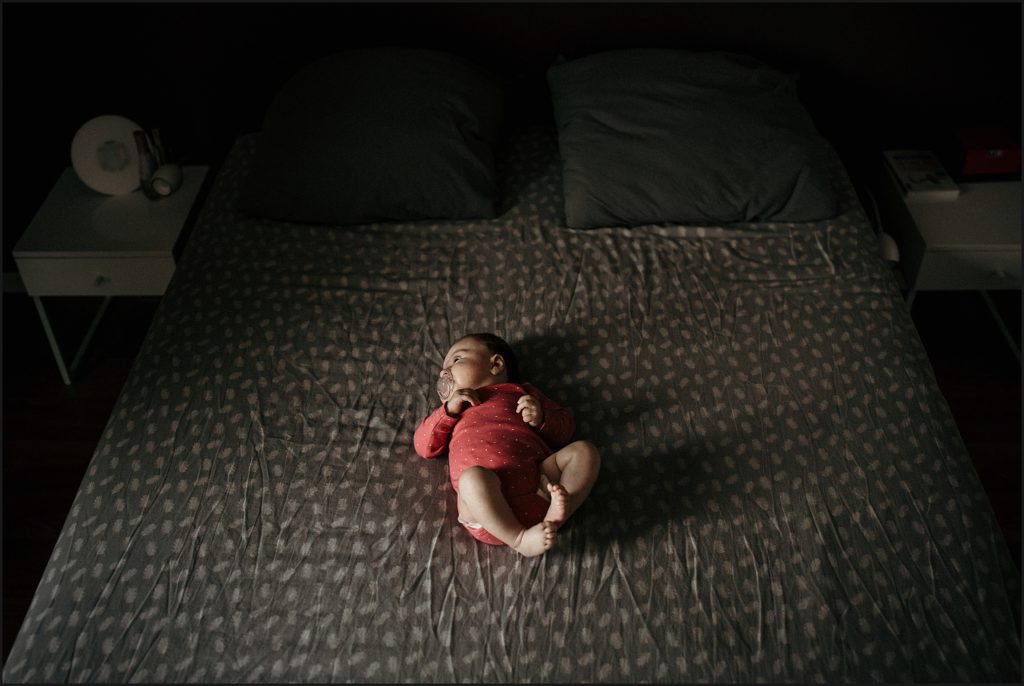 Séance photo bébé en famille bébé dans le lit