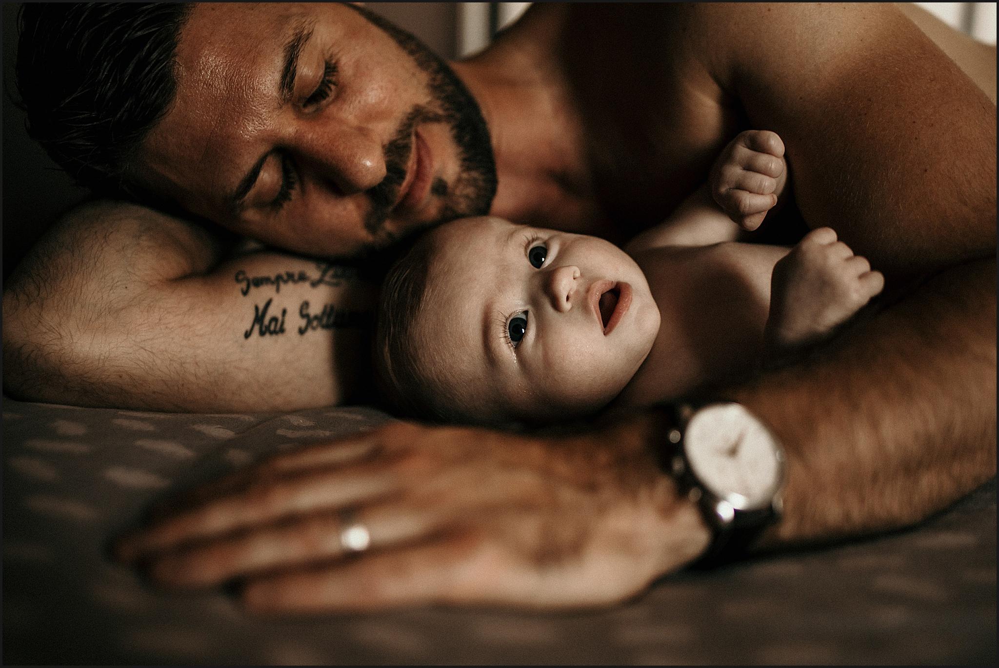 Photographe Lifestyle Paris papa avec bébé dans bras seine et marne