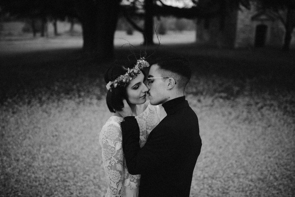 Mariage Moody photo de couple en hiver moody en noir et blanc