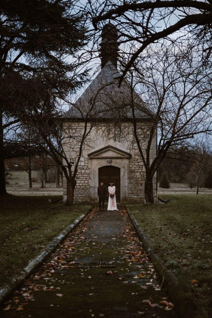 Mariage Moody photo de mariés devant chapelle du chateau de chambly