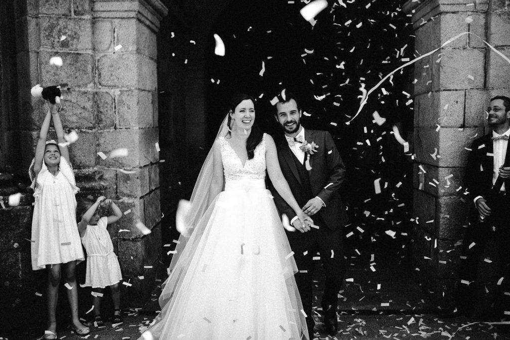 Photographe Mariage Bretagne photo des mariés sortie eglise carnac noir et blanc