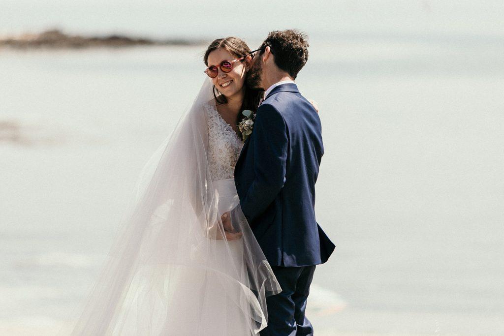 Photographe Mariage Bretagne photo des mariés plage du men du carnac