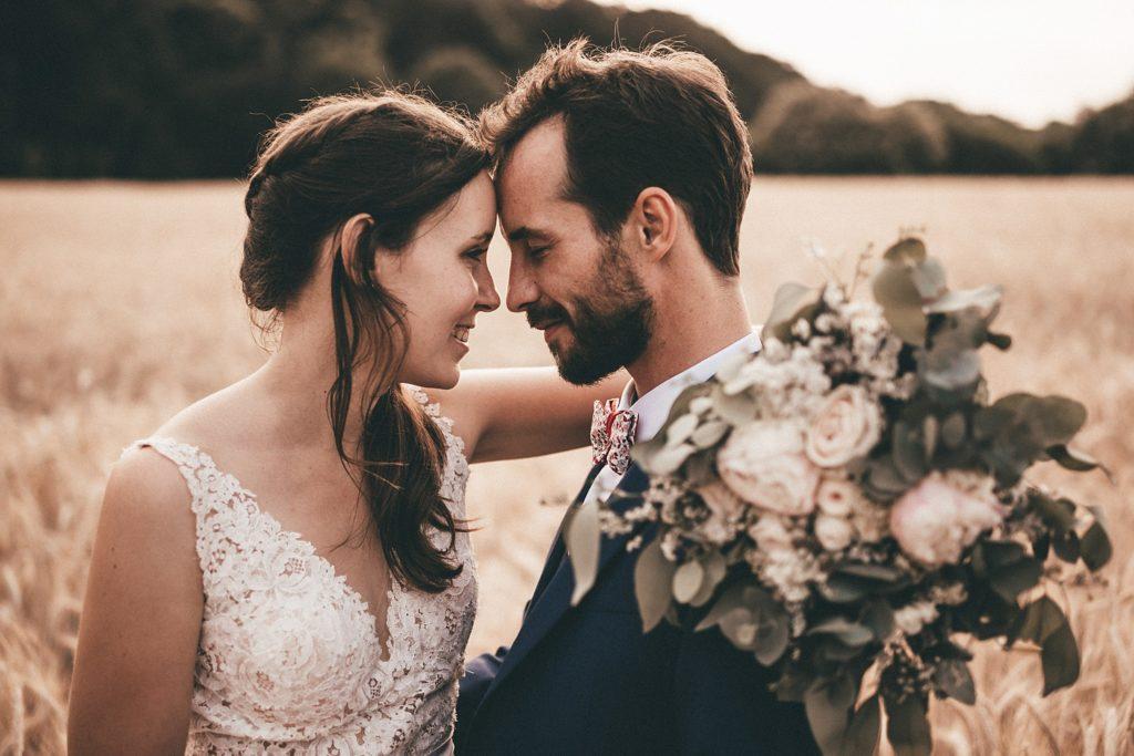 Photographe Mariage Bretagne photo de couple dans champ de blé