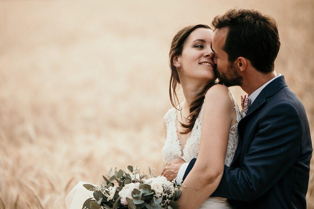 Photographe Mariage Bretagne photo de couple amoureux champ de blé