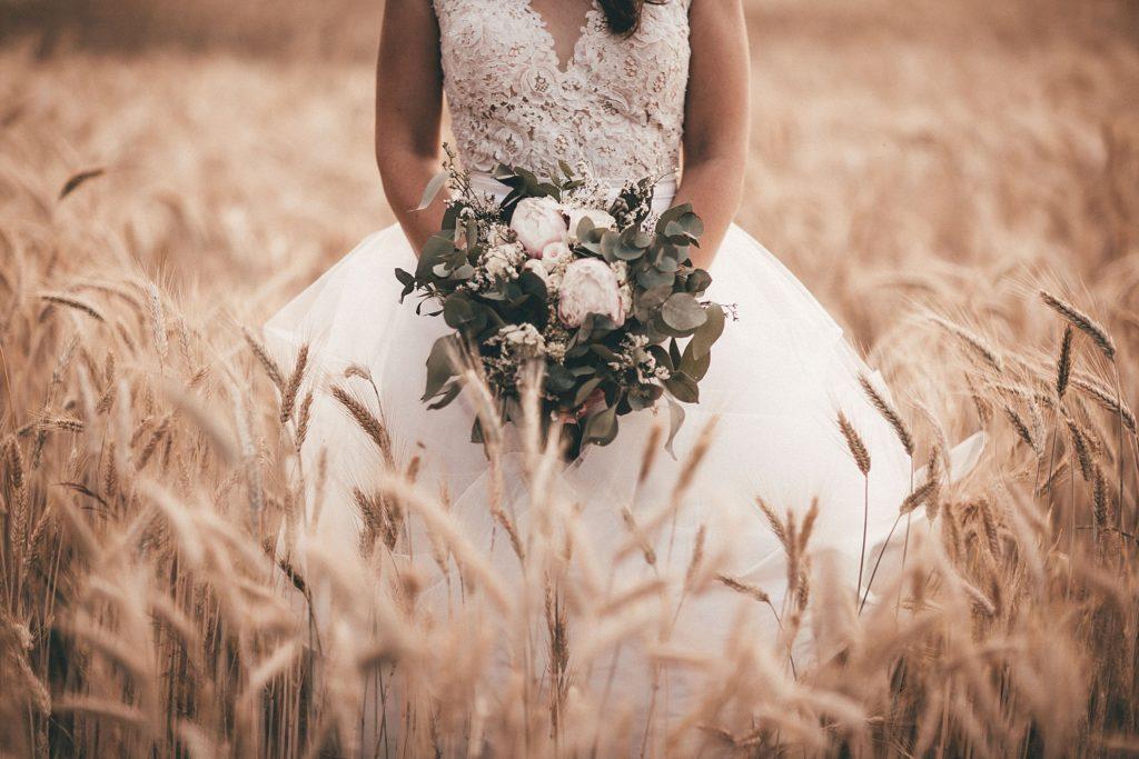 Photographe Mariage Bretagne bouquet de la mariée champ de blé