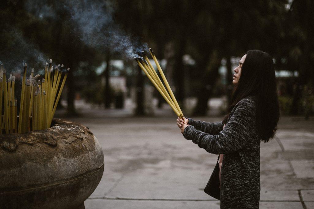 5 jours à Hong Kong lantau fille qui prie avec encens