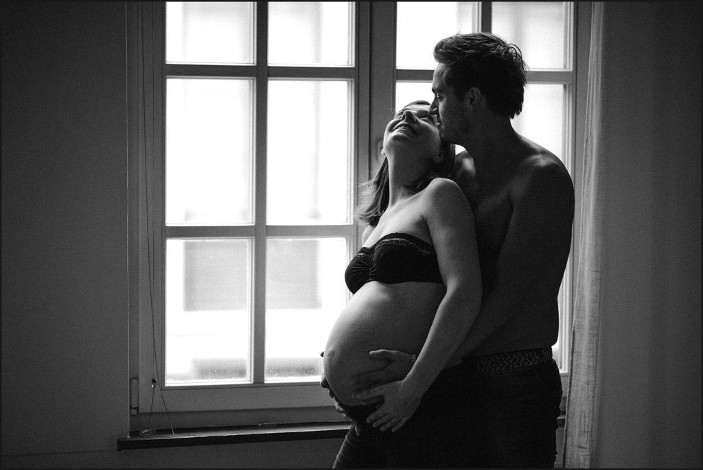 Séance photo de grossesse Lille photo de grossesse en couple en noir et blanc