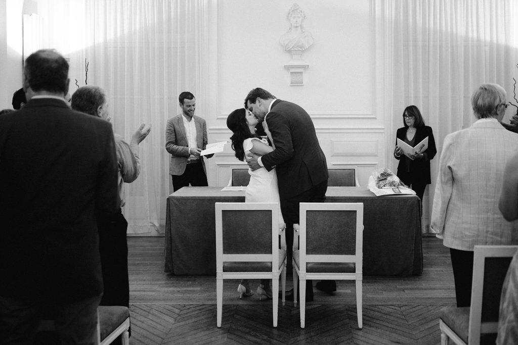 Mariage Rooftop Paris baiser des mariés mairie de garches noir et blanc