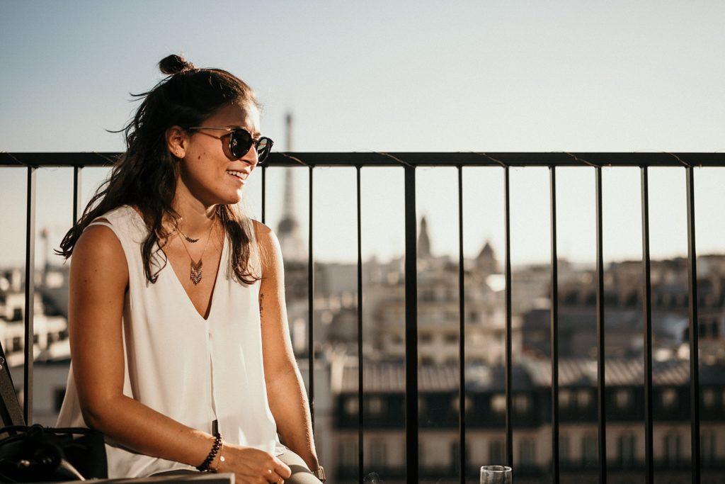 Photographe Mariage Paris invitée cocktail rooftop vue tour eiffel