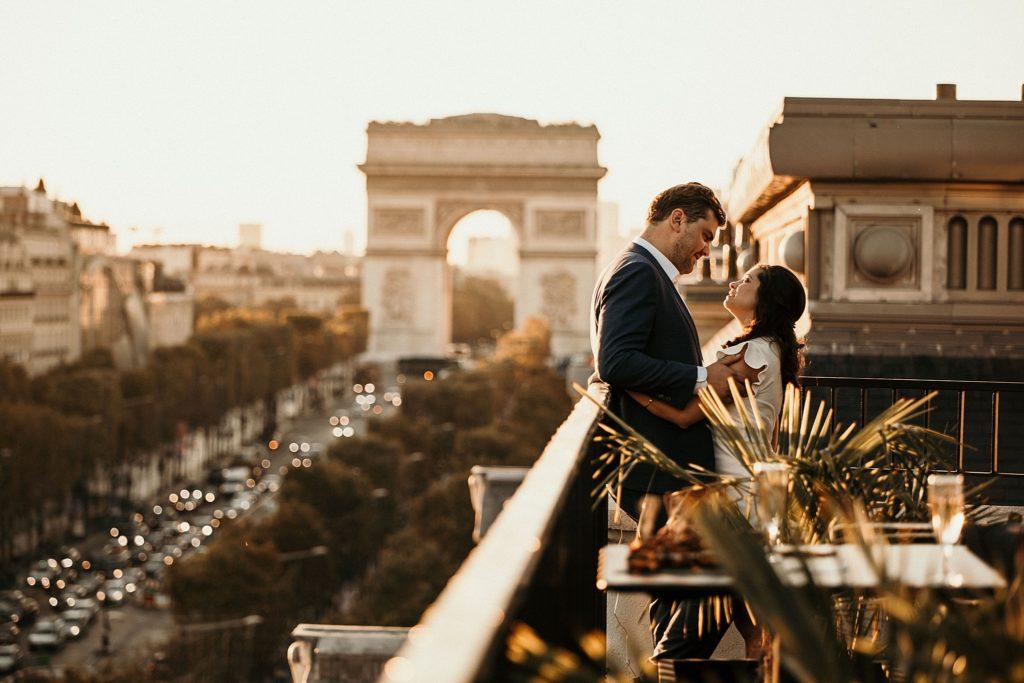 Photographe Mariage Paris mariés arc de triomphe coucher de soleil champs elysées