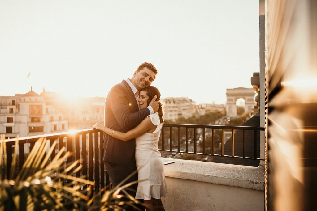 Photographe Mariage Paris mariés arc triomphe coucher soleil