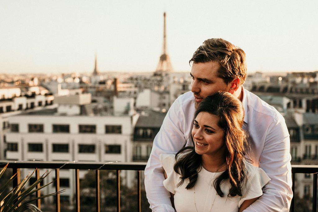 Photographe Mariage Paris mariés tour eiffel soleil