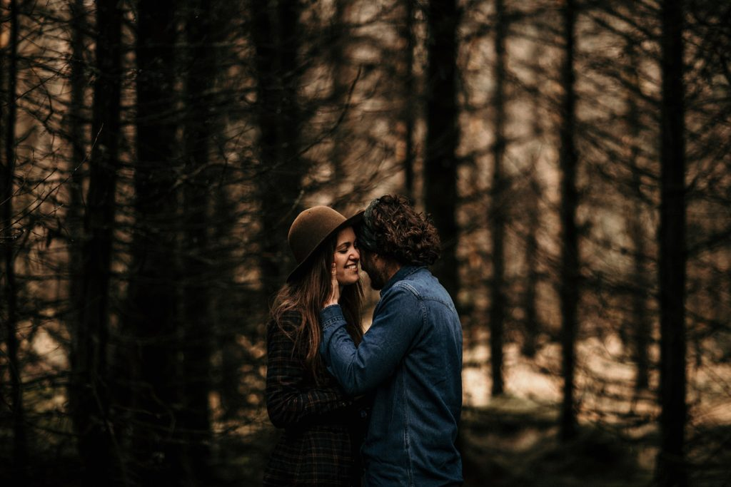 Engagement Session Isle Skye photo dans la foret