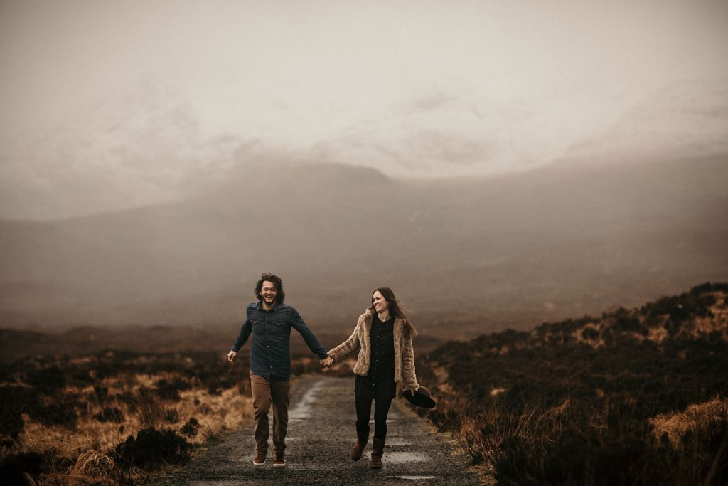 Couple Session on Isle of Skye couple court sous la pluie ecosse