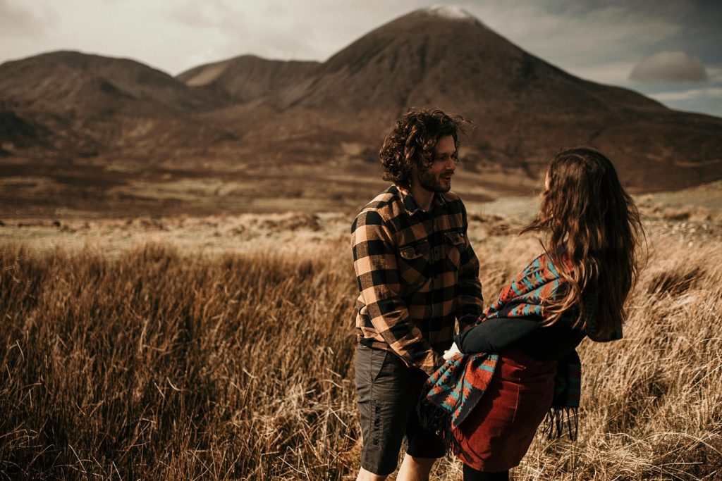 Couple Session Isle Skye couple danse devant montagne ecosse